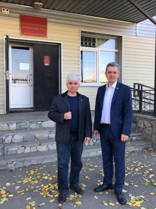 Адвокаты Михаил и Дмитрий Янины перед зданием Красноармейского районного суда Челябинской области в селе Миасское