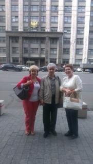 И. Зяблова, М. Янин и О. Петрова на фоне здания Государственной Думы (г. Москва).